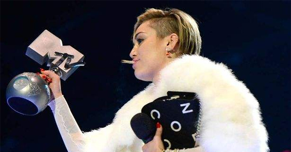 Miley Cyrus fume un joint