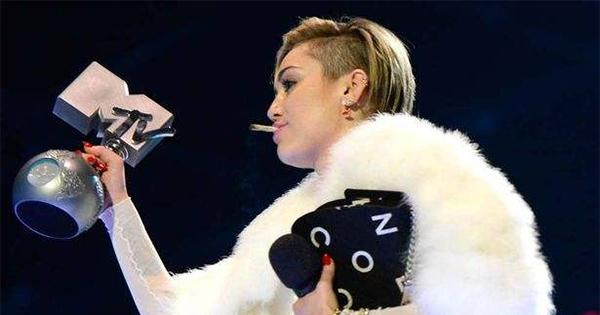 Miley Cyrus fume un joint