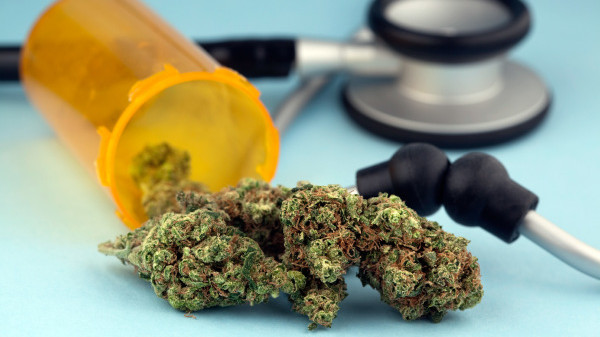 Quel cannabinoïde a des effets thérapeutiques qui peuvent soulager certains symptômes chez les patients traités avec du cannabis médical ?