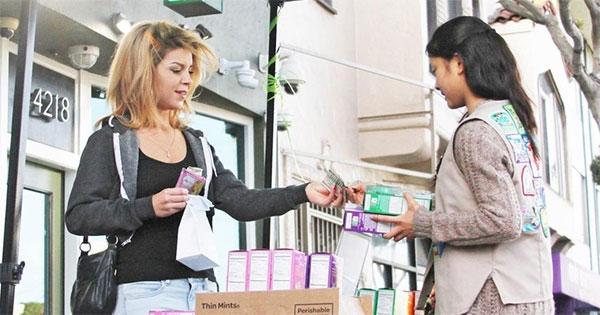 Scouts vend des cookies devant un dispensaire de cannabis