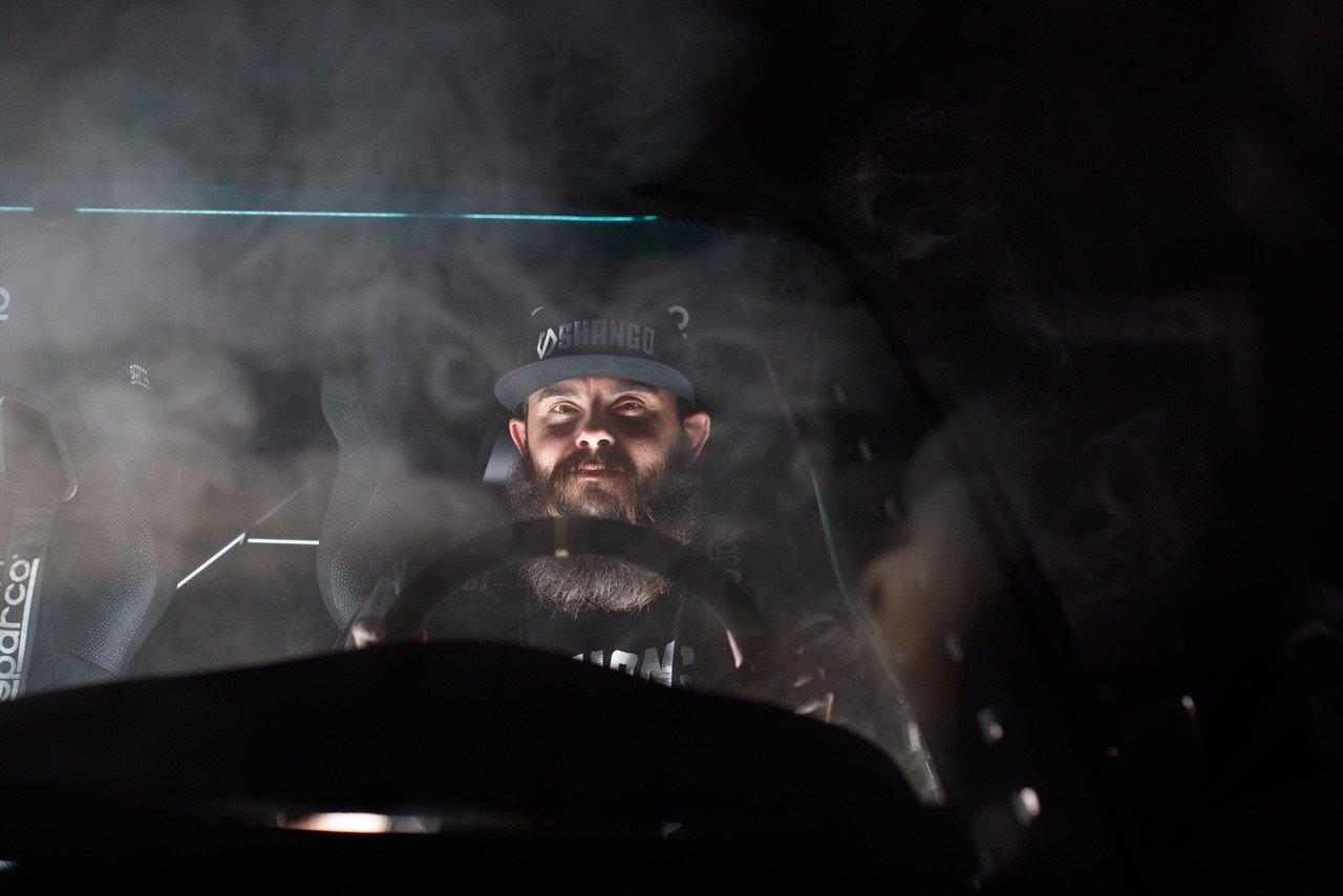 Danny George dans sa BMW