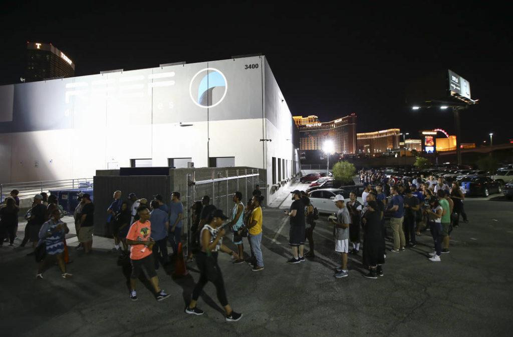 Des consommateurs qui attendent d'entrer dans un dispensaire à Las Vegas