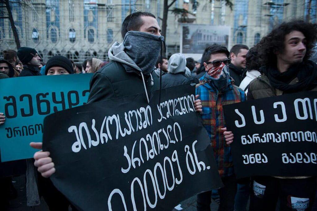 Des manifestants du White Noise movement dans les rues de Géorgie