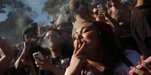 5 choses à ne pas faire quand tu fumes à plusieurs