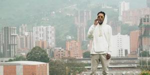 Wiz Khalifa crée la polémique en fumant un joint sur la tombe de Pablo Escobar